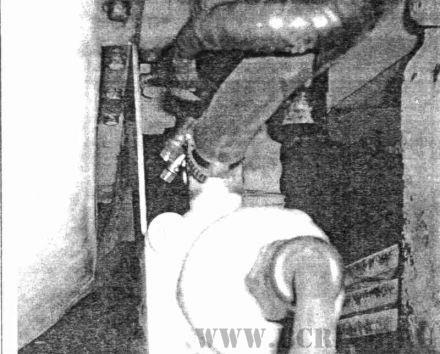 Рис. 1. Монтаж подогревателя Напарник с кронштейном на двигатель